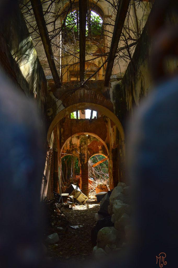 Dentro de la puerta